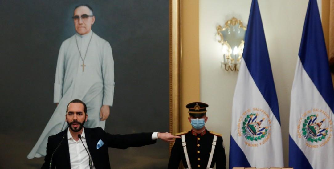 Aneignung: Bukele vor einem Bild des Befreiungstheologen Óscar Romero (PA/Reuters/Jose Cabezas)