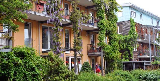 Früher waren hier französische Soldaten kaserniert: Heute besichtigen Besucher aus aller Welt den ökologischen Vorzeigestadtteil Freiburgs, der hauptsächlich von jungen Familien bewohnt wird. (Foto: pa/Haid)