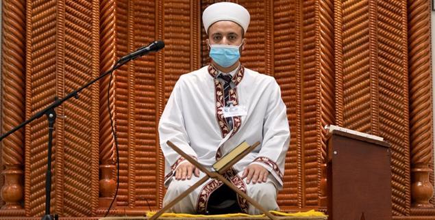 Männlicher Vorbeter in der Moschee (Foto: pa/Gentsch)