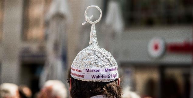 Bei einer Demonstration in München im Mai 2020: Das Q ist ein Zeichen des Verschwörungsmythos QAnon. (Foto: pa/Sachelle Babbar/ZUMA Wire)