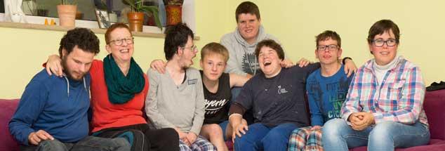 Ein Haus voller Leben: Johanna Westerbeek (zweite von links) mit ihrer Familie und Betreuerin Nicole passen kaum auf die Couch. (Foto: Desmarowitz)