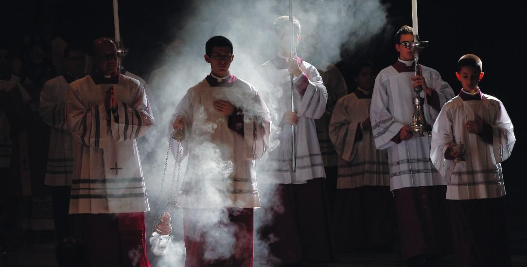Große Geste: Einzug der Ministranten mit Kerzen und Weihrauch bei einem Papstgottesdienst im Vatikan (pa/Reuters/Gentile)