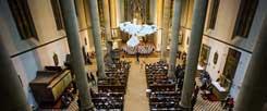 Zum deutsch-tschechischen Versöhnungswochenende gehörte ein Konzert in der Prager St.-Antonius-Kirche, die Künstlerin Josefína Jonášová hatte eigens dafür eine Kunstinstallation geschaffen, eine weiße Taube, die von der Decke hängt (Foto: Ackermann-Gemeinde)