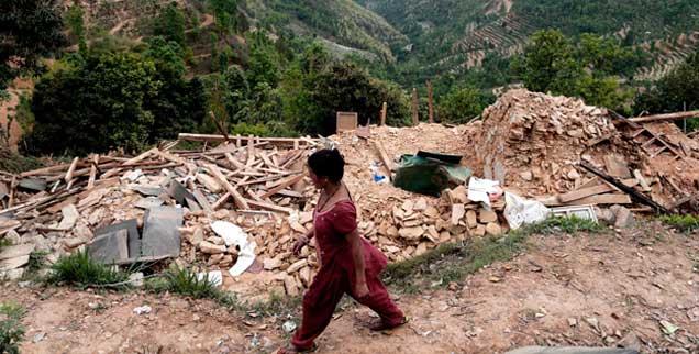 Weit über 100 000 Häuser sind in Nepal durch das verheerende Erdbeben vor einer Woche zerstört worden, in den letzten Tagen wurden immer noch Verschüttete geborgen