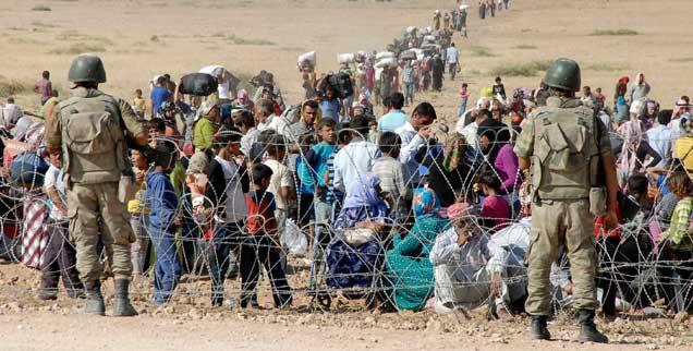 Flüchtlinge an der syrisch-türkischen Grenze: Nur durch Waffengewalt wird es nicht gelingen, den Nahen Osten zu befrieden (Foto: Stringer Turkey/Reuters)
