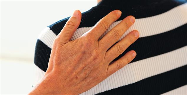 Handauflegen: Die Pallitiav-Krankenschwester Monika Perret legt ihre Hand auf das Schulterblatt.der Autorin (Foto: Gerhard Detzer)