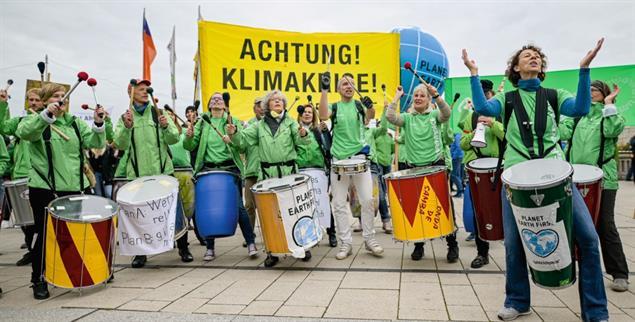 Musikalischer Protest bei Fridays for Future in Hamburg: Trommeln gehören zu jeder Klimademo (Foto: pa/Heimken)