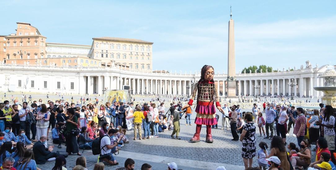 Die Puppe »Amal« auf dem Petersplatz in Rom (Foto: KNA/Cristian Gennari/Romano Siciliani)
