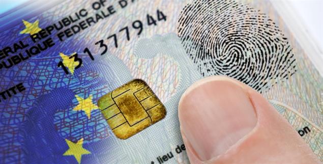 Bald Realität: Personalausweis mit Chip, auf dem der Fingerabdruck gespeichert ist. (Foto: pa/Bildagentur-online/Ohde)