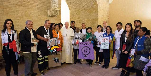 Gemeinsam auf dem Weg: Papst Franziskus und die Sprecherinnen und Sprecher der sozialen Basisbewegungen in der Alten Synodenaula des Vatikan (Foto: AFP PHOTO / OSSERVATORE ROMANO)