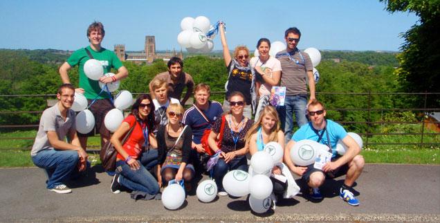 """""""Geht wählen!"""" - Das ist die Botschaft, die diese jungen Europäer von der Studentenorganisation AEGEE verbreiten. Im Rahmen des Projekts """"Y Vote"""" wollen sie Menschen dazu bewegen, an der Eurpawahl teilzunehmen (Foto: Carolin Eißler)."""