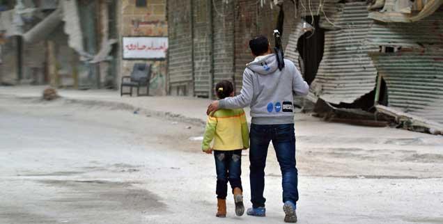 Frontlinie in Aleppo: Der syrische Bürgerkrieg zieht sich bereits über zwei Jahre hin. Könnten Waffenlieferungen des Westens an die Rebellen den Konflikt schnell entscheiden? (Foto: pa/Ammar Abd Rabbo)
