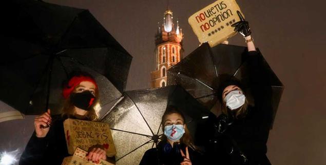 Gegen die Liaison von Staat und Kirche: Protestierende Frauen in Krakau (Foto: PA/Nur Photo/Beata Zawrzel)