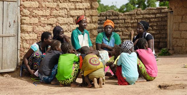 Frauen in einem Dorf in Burkina Faso: Projekte werden vor Ort entwickelt, Hilfswerke unterstützen finanziell (Foto: pa/Kopp).