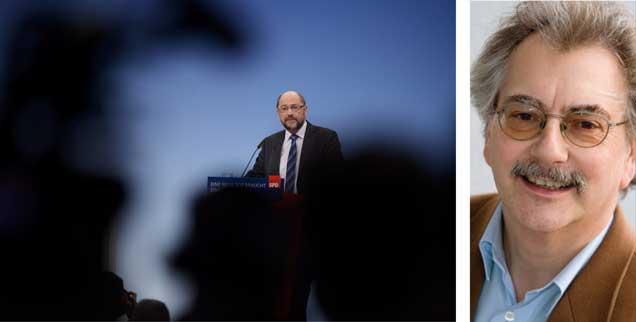 Martin Schulz bei seiner kämpferischen Rede auf dem Sonderparteitag am 21. Januar 2018 in Bonn: Wie viel kann der schwarze Zeitgeist der gerade sehr lebendigen SPD anhaben? »Die Sozialdemokraten haben bei den Sondierungen Einiges erreicht», sagt Wolfgang Kessler (rechts). (Fotos: pa/Krick/CITYPRESS24; privat)