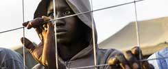 Große Hoffnung auf die Hilfe Europas: Afrikanische Flüchtlinge am Zaun der spanischen Enklave Melilla. Doch die EU-Staaten lehnen es bislang ab, das bisherige System zu verändern und die Einreise in die EU zu erleichtern.  (Foto: pa/AP/Palacios)