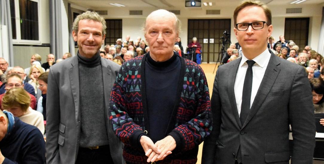 Fotoaufstellung: Eugen Drewermann (Mitte) mit Rektor Stefan Kopp (rechts) und dem Journalisten Joachim Frank als Moderator (links) (Foto: Auffenberg)