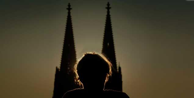 Der Kölner Dom, Ort tiefer Religiosität, unendlicher Machtdemonstration - und manchmal auch heftigen Protests gegen die Kirche: Am 6. Januar 2014 jährt sich das Ereignis der Kölner Erklärung, eines Theologen-Memorandums für die Freiheit des Katholikenmenschen, zum 25. Mal. (Foto:PA/DPA/Berg)