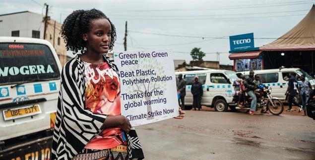 Demonstriert für Klimaschutz: Die Aktivistin Vanessa Nakate aus Uganda an einer Kreuzung in Kampala – vor dem Corona-Lockdown (Foto: Sadurni)