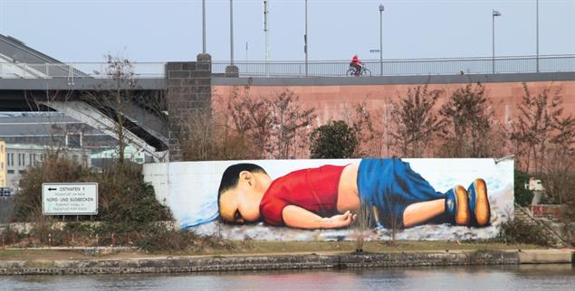 Wider die Gleichgültigkeit: In Frankfurt haben Künstler dem toten Alan Kurdi ein Denkmal gesetzt (Foto: Wikipedia/Frank C. Müller)