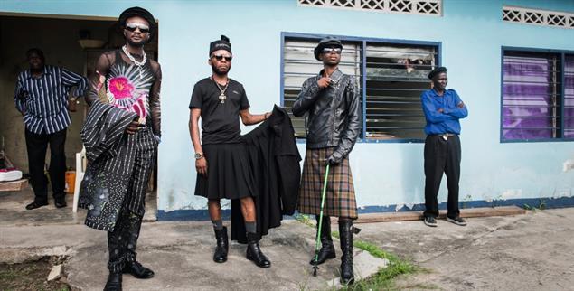 Dandy-Stil im Kongo: Die gut angezogenen »Sapeurs« überbieten ironisch das Bild des Kolonialherren (Foto: Vincent Boisot/Riva Press/laif)