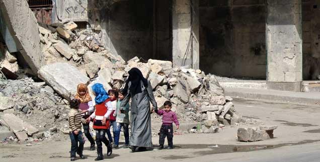 Eine Mutter mit ihren Kindern in Aleppo: Wie kann das Morden in Syrien beendet werden? Aus Sicht des Völkerrechtlers Hinrich Bartels nur mit Hilfe von UNO-Truppen und nach Gesprächen auch mit dem Diktator Assad (Foto: pa/Rabbo)