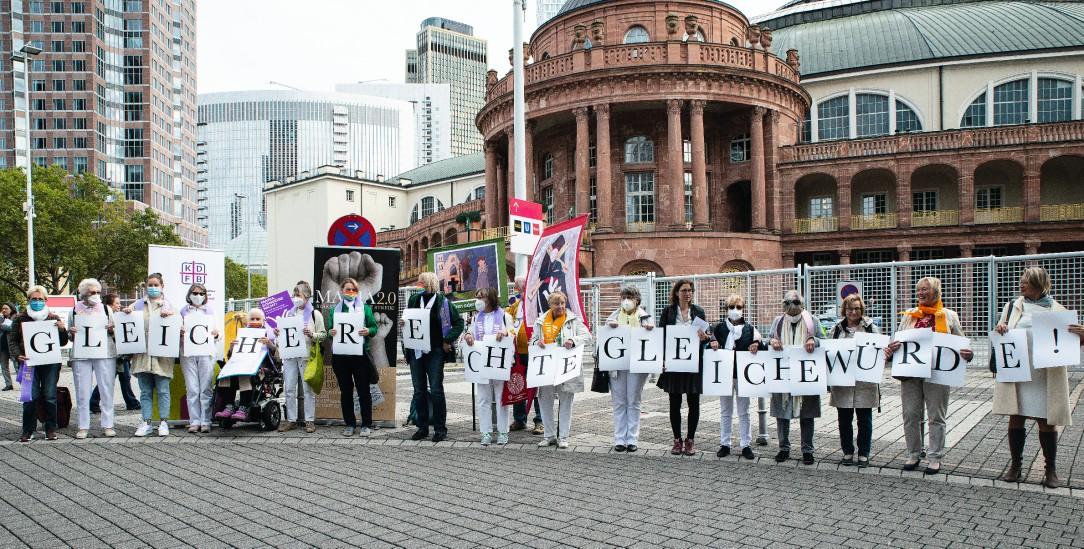 Gleiche Rechte, gleiche Würde. Katholikinnen protestieren vor dem Frankfurter CongressCentrum. An ihrer Botschaft kommt die Kirche nicht vorbei. (Foto: Yvonne Schwehm)