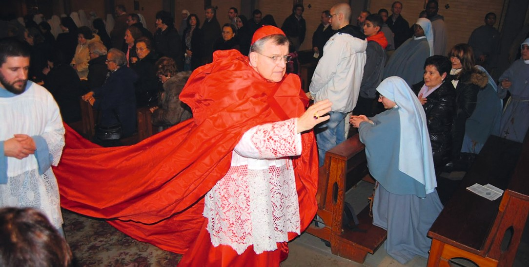 Lange Schleppe, edle Spitze: Kardinal Raymond Leo Burke