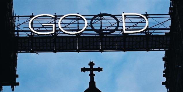Guter Gott: eine Installation auf dem Bamberger Dom beleuchtet abwechselnd die Worte GOD (Gott) und good (gut) (Foto: pa/Armer)