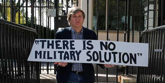 John Dear blokiert einen Eingang zum Weißen Haus in Washington und wird kurze Zeit später festgenommen, wegen ähnlicher Aktionen war er schon in zahlreichen US-amerikanischen Gefängnissen eingesperrt. Mit zivilem Ungehorsam setzt er sich für eine Welt ohne Atomwaffen, ohne Armut  und ohne Gewalt ein (Foto: Downing/Reuters)