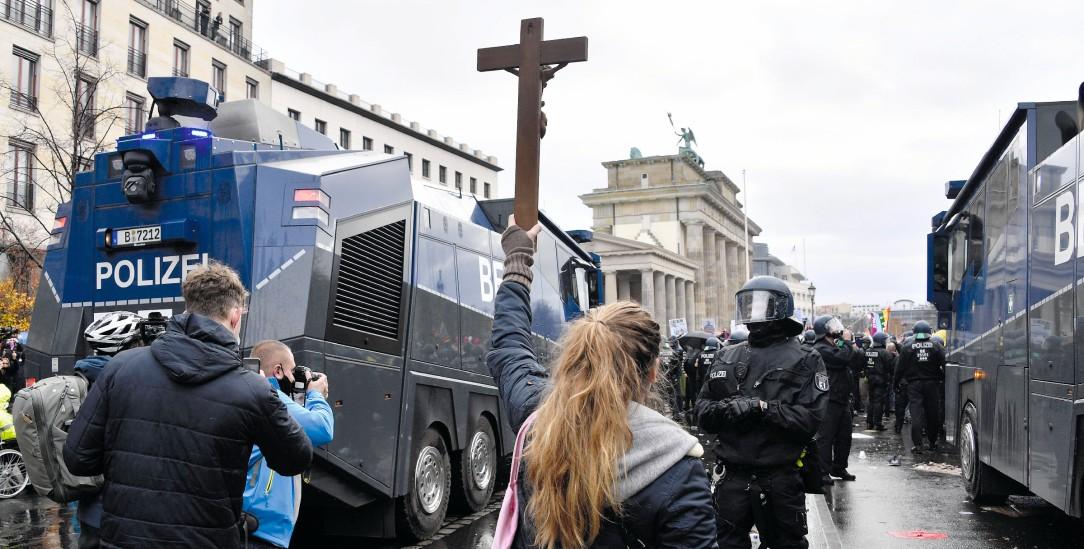Demonstration in Berlin: Mit dem Kreuz gegen Hygieneregeln (Foto:Frederic Kern / imago)