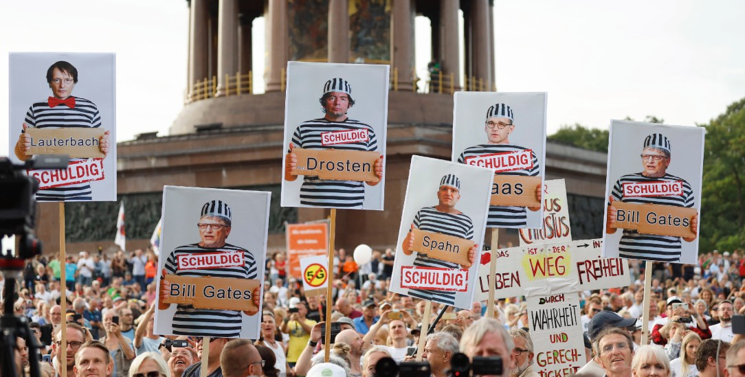 Demonstranten in Berlin klagen Politiker und Virologen an (Foto: PA/Geissler Photopress/Christoph Hardt)