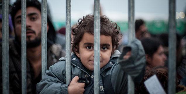 Tausende Flüchtlinge warten in Idomeni, am Grenzübergang von Griechenland nach Mazedonien, auf ihre Weiterreise gen Norden. Mindestens vierzig Prozent von ihnen sind Kinder (Foto: pa/abaca/Romano Ivan).