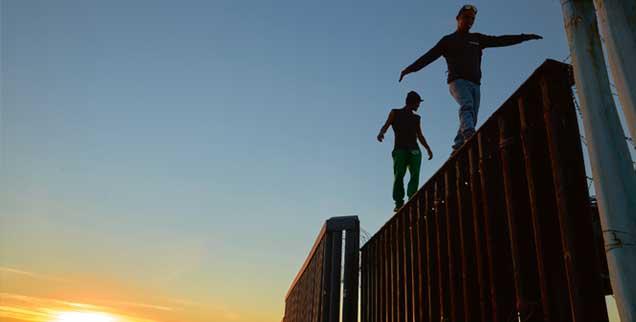 Blick ins »Gelobte Land«: Migranten auf der Grenzmauer zwischen USA und Mexiko in Tijuana. (Foto: pa/AP/Bull)
