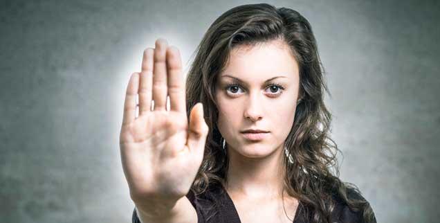 Wenn Männer zugriffig werden, sind klare Botschaften nötig: »Mit mir nicht!«, signaisliert diese Frau. Doch ein »Stop« wird nicht selten ignoriert. (Foto: DDRockstar/Fotolia.com)