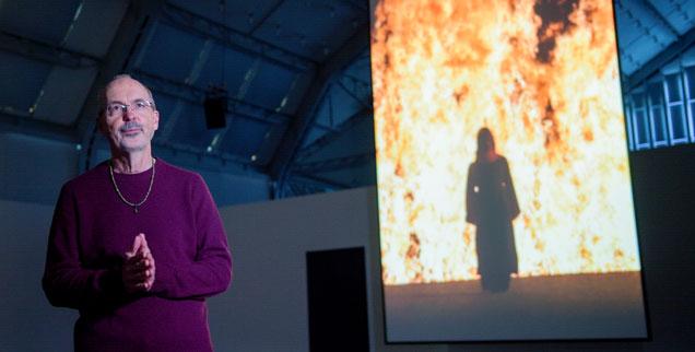 Video- und Installationskünstler Bill Viola (links) vor einem Flammenmeer: »Fire Woman« entstand für eine Inszenierung der Wagner-Oper »Tristan und Isolde«. Die Hamburger Ausstellung ist noch bis zum 10. September 2017 zu sehen. (Foto: pa/dpa/Axel Heimken)