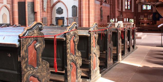 Gesperrte Kirchenbänke: Gottesdienst unter Corona-Auflagen, hier im Wetzlarer Dom (Foto: Lerch)