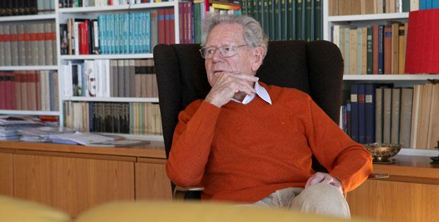 Hans Küng, entspannt im Sessel seines heimatlichen Wohn- und Arbeitszimmers sitzend: Der Welttheologe hat die Universitätsstadt Tübingen, in der er lebt, geprägt wie nur wenige andere. In sein Haus pilgern Journalistinnen und Journalisten von überall her. (Foto: Bäuerle)