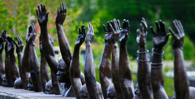»Raise Up«: Das Foto zeigt einen Teil des »National Memorial for Justice and Peace« in Montgomery (USA), ein Denkmal zu Ehren der Tausenden von Menschen, die durch Lynching ermordet wurden. (Foto: pa/AP/Brynn Anderson)