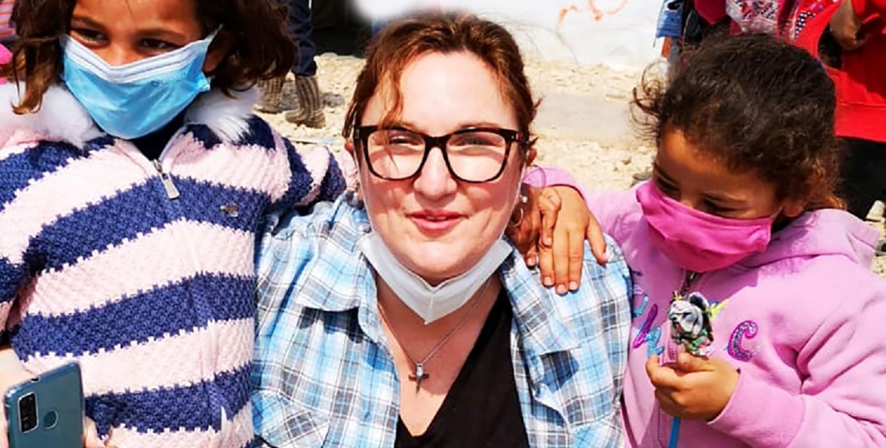 Bildung unter Planen: Jacqueline Flory in einem Camp im Libanon (Foto: Zeltschule e.V.)