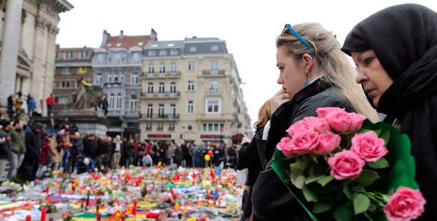 Trauern vor der Börse im Stadtzentrum von Brüssel: Tag für Tag gehen Tausende Bürger hin. (Foto: Hartmann/Reuters)