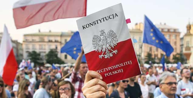 Demo in Krakau: Was ist die polnische Verfassung noch wert nach der Demontage des Rechtsstaates? (Foto: pa/Zawrzel)