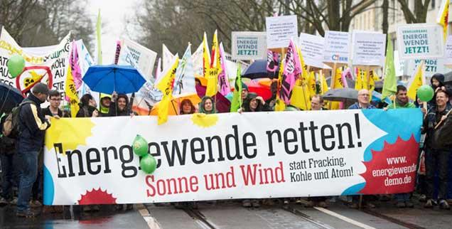 Lautstarker Protest erhob sich am Wochenende gegen die Pläne der Bundesregierung, die Ökostrom-Förderung zu begrenzen.  30.000 Menschen gingen in sieben Landeshauptstädten sowie in Freiburg dagegen auf die Straße. Das Bild zeigt die Demonstration in Potsdam (Foto: pa/Gambarini)