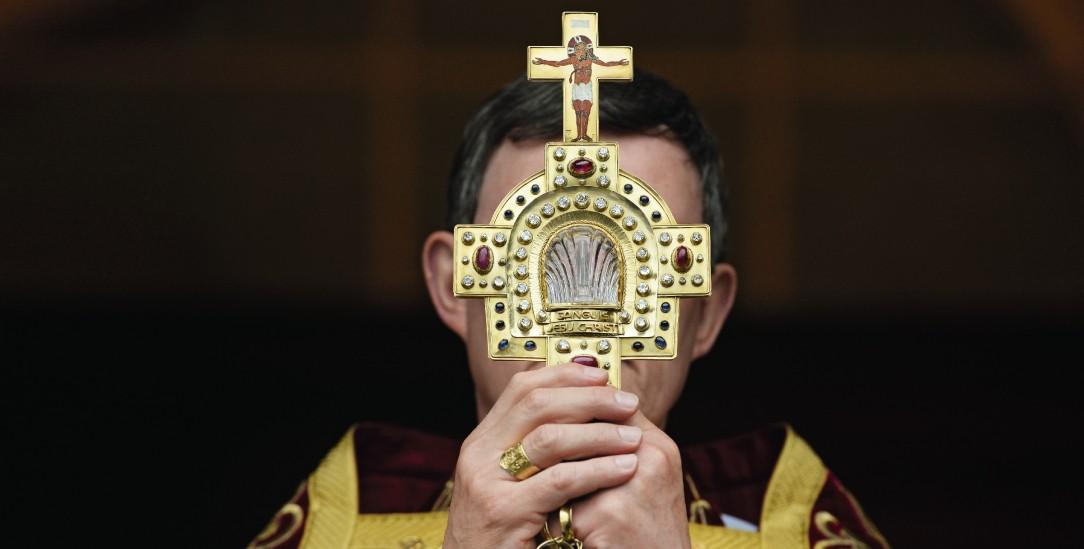 Kardinal Woelki mit Monstranz: Die Führungsmannschaft versteckt sich hintereinander und hinter Christus (Foto: pa/Kästle)