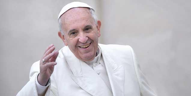 Dieser Papst ist nicht nur in seiner persönlichen Performance zugewandt, sondern auch in seinem ersten Apostolischen Schreiben: »Ein Kirche im Aufbruch ist eine Kirche mit offenen Türen.« Das ist einer von zahlreichen offenen Sätzen in dem 180-Seiten-Werk, das Franziskus heute in Rom vorstellte. (Foto: pa/Spaziani)