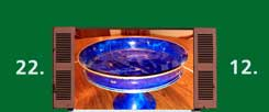 Die Schale aus Familienbesitz, leuchtend blau: Wo sie gekittet wurde, kann man gut sehen. (Foto: Dobstadt)