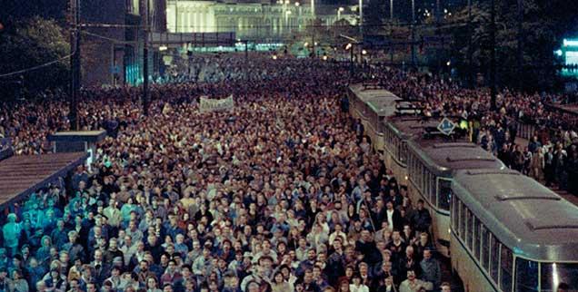 Leipzig, 17. Oktober 1989: Mehr als 100.000 Menschen protestieren an diesem Tag gegen die SED-Diktatur. Massendemonstrationen nach den Friedensgebeten prägen Leipzig und andere DDR-Städte bis zum Mauerfall im November.