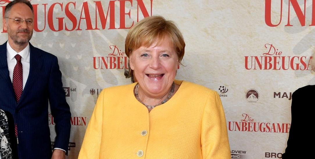 Während die Bilder vom Kabuler Flughafen Schrecken verbreiten, besucht Kanzlerin Angela Merkel die Premiere des Dokumentarfilms »Die Unbeugsamen«. (Foto: pa/Geisler/Frederic Kern)