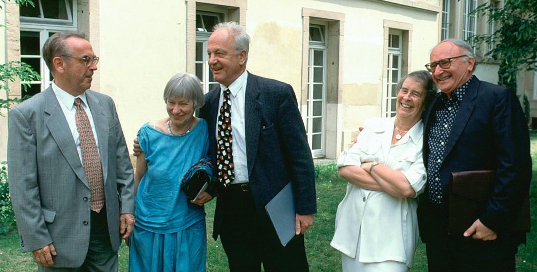 Sprach- und wirkmächtige Theologinnen und Theologen: Jürgen Moltmann (links), Dorothee Sölle, Norbert Greinacher, Elisabeth Moltmann-Wendel und Johann Baptist Metz 1996 in Tübingen (Foto: epd/Lohnes)
