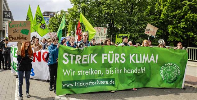 Junge Menschen bei einer Fridays-for-Future-Demonstration in Essen: Viele fordern einen Generalstreik für das Klima am 20. September. Was ist Ihre Meinung? (Foto: pa/Oberhäuser)
